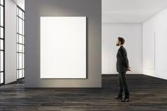 Homme regardant la bannière vide Images libres de droits