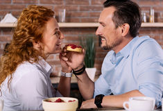 Homme regardant la femme et tenant le gâteau Photo stock