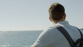 Homme regardant la mer clips vidéos