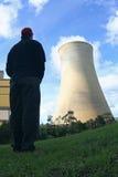 Homme regardant la tour de refroidissement Photographie stock libre de droits