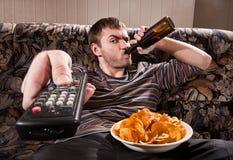 Homme regardant la TV photographie stock