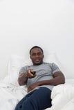 Homme regardant la TV Photo stock