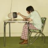 Homme regardant la vieille télévision. Photographie stock