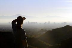 Homme regardant la ville éloignée Photographie stock