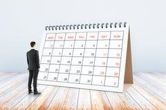 Homme regardant le calendrier Images libres de droits