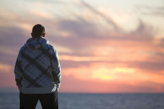 Homme regardant le coucher du soleil images libres de droits