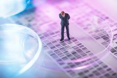 Homme regardant le gel d'ADN Images libres de droits