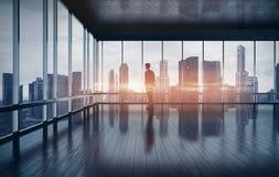 Homme regardant le lever de soleil dans le bureau rendu 3d Photos libres de droits