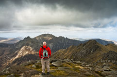 Homme regardant le Mountain View Images libres de droits