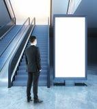 Homme regardant le panneau d'affichage vide Photographie stock