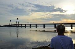 Homme regardant le pont de Farø, Danemark Images libres de droits
