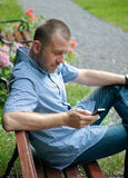 Homme regardant le smartphone Photo libre de droits