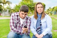 Homme regardant le téléphone portable Image libre de droits