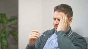 Homme regardant le thermomètre clips vidéos