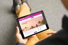 Homme regardant les destinations exotiques de voyage en ligne photo stock