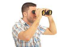 Homme regardant par binoche Photos libres de droits