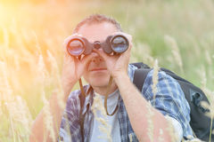 Homme regardant par binoche Images libres de droits