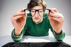 Homme regardant par des verres Image libre de droits