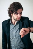 Homme regardant sur la montre images stock