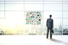 Homme regardant sur le croquis de succès de dessin Image libre de droits