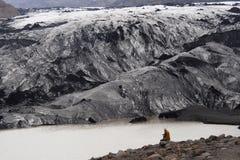 Homme regardant un glacier en Islande images libres de droits