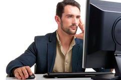 Homme regardant un moniteur d'ordinateur Photographie stock libre de droits