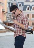 Homme regardant une carte en ville image libre de droits