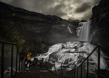 Homme regardant une cascade Photographie stock