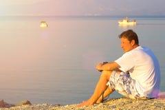 Homme regardant vers la mer Images libres de droits