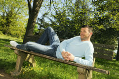 Homme relaxed de stationnement Photo stock