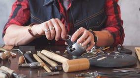Homme remplaçant le bijou tout en se reposant à la table dans l'atelier banque de vidéos