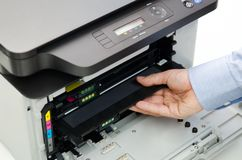 Homme remplaçant le toner dans l'imprimante à laser Photo libre de droits