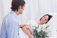 Homme rendant visite à son amie dans l'hôpital Photographie stock