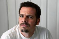 Homme renfrogné avec la barbichette Photo stock