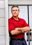 Homme restant sur le porche image libre de droits