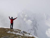 Homme restant sur le sommet Photo libre de droits