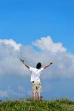 Homme retenant des bras vers le haut Photos stock