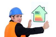 Homme retenant la carte de notation d'énergie photo libre de droits