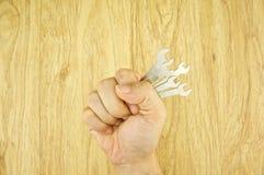 Homme retenant la clé Photographie stock libre de droits