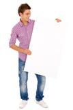 Homme retenant le panneau-réclame blanc Photographie stock libre de droits