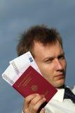 Homme retenant le passage allemand avec de l'argent Image stock