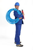 Homme retenant le tube bleu Image stock