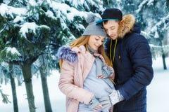Homme retenant le ventre enceinte Photos libres de droits