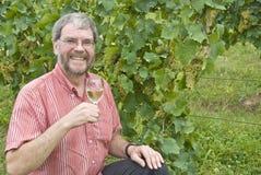 Homme retenant le vin blanc photo stock
