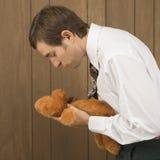 Homme retenant un animal bourré Photo libre de droits