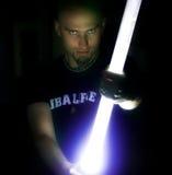 Homme retenant un bâton léger Photos stock