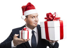 Homme retenant un cadre de cadeau Photo libre de droits