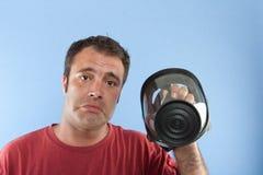 Homme retenant un masque de gaz Images libres de droits