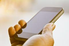Homme retenant un téléphone portable Photos stock