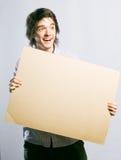 Homme retenant une carte Images stock
